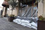 """Maltempo, Catania si """"barrica"""" in attesa di Medicane. Sacchi di sabbia davanti ai negozi"""