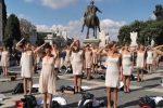 """Hostess Alitalia si spogliano e urlano: """"Nude, senza lavoro e dignità"""". Flashmob a Roma - FOTO"""