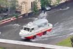 Catania sott'acqua, morto uomo annegato in strada. Mezzi anfibi in azione. Chiusi i negozi