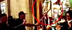 """Roma, la protesta """"No Green pass"""": giornalisti minacciati con un badile in via del Corso VIDEO"""