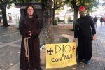 No Green pass, manifestanti in piazza a Cosenza con motto nazista
