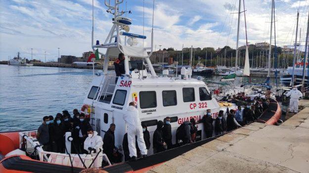 crotone, profughi, sbarco, Catanzaro, Cronaca