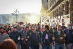 Tensione corteo no Green pass a Milano, 10mila in piazza: un arresto, 4 fermati