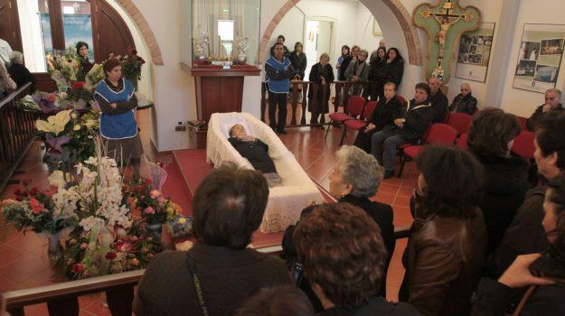 Fedeli in preghiera davanti alla salma di Natuzza