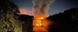 Ponte di Ferro crolla a Roma, nessun ferito dopo il vasto incendio in zona Ostiense: VIDEO E TESTIMONIANZE