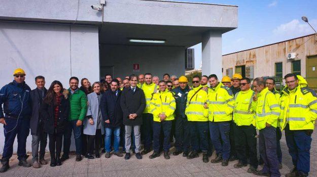 Il sindaco Giuseppe Falcomatà e l'ex consigliere delegato Paolo Brunetti con i lavoratori della Idrorhegion