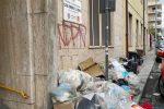 Spazzatura all'ingresso della scuola materna di via Aschenez a Reggio