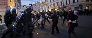 """Shock in centro a Roma dopo l'assalto alla Cgil. I negozianti: """"Covid e cortei, non si lavora più"""""""