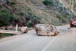 Grosso masso si stacca e cade sulla statale tra Torrenova e Sant'Agata