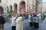 L'arrivo del sepolcro di don Mottola all'interno della Cattedrale di Tropea
